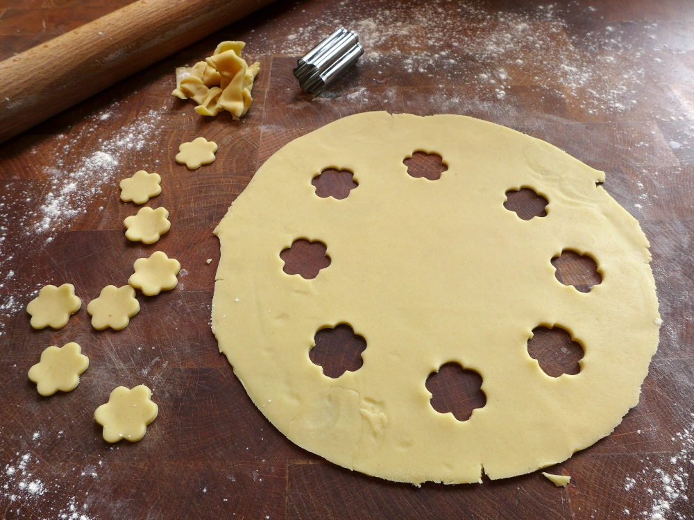 Image of shortcrust rolled and cut for pie lid